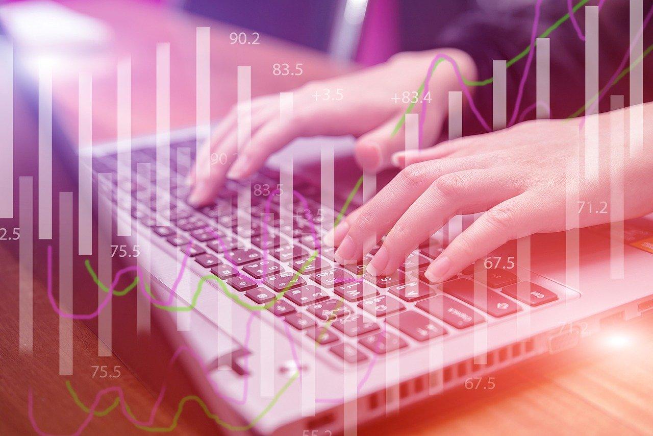 Mujer trabajando en Desarrollo Web